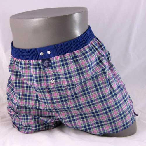 roze en blauw geruite, wijde boxershort van het merk McAlson.